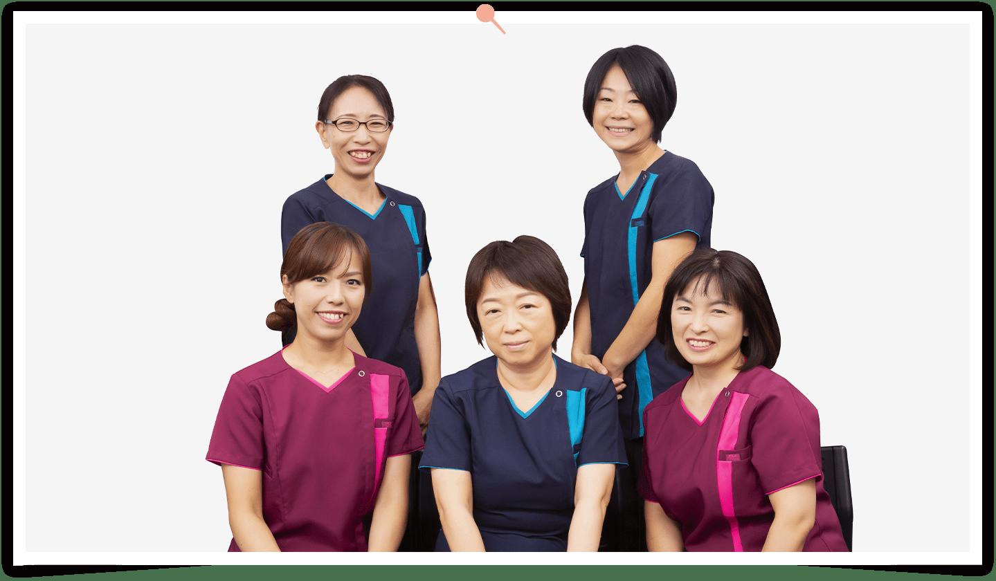 訪問看護ステーションの訪問看護師と理学療法師と作業療法士と言語聴覚士のスタッフ写真